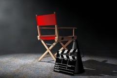 Het Concept van de bioskoopindustrie Rode Directeur Chair, Filmklep en M Royalty-vrije Stock Afbeeldingen