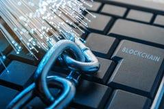 Het concept van de Blockchaintechnologie De ketting ligt op het toetsenbord Stock Foto's