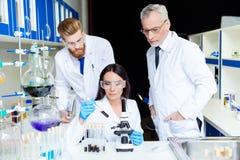 Het Concept van de Bouw van het team Geheim militair laboratorium Drie wetenschappers zijn stock fotografie