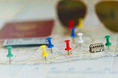 Het concept van de busreis - kaart met spelden en toebehoren stock afbeeldingen