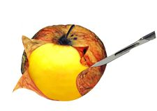 Het concept van de chirurgie door scalpel & appel. Geïsoleerdo. royalty-vrije stock afbeeldingen