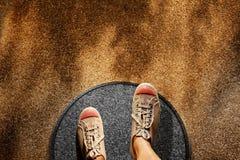 Het concept van de comfortstreek Mannetje op de Stappen van Tennisschoenschoenen over Cirkellijn aan Verbindende Buitenkant, Hoog royalty-vrije stock foto