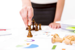 Het concept van de concurrentie De concurrentie en strategie in zaken De bedrijfsvrouw houdt schaakstuk Stock Foto