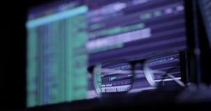 Het concept van de Cyberaanval glazen op het toetsenbord, op de achtergrond van de monitor stock video