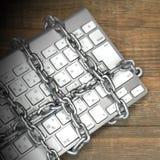 Het Concept van de Cybermisdaad, Rechtershamer, Toetsenbord, Ketting op de Lijst Stock Fotografie