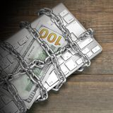Het Concept van de Cybermisdaad, Rechtershamer, Toetsenbord, Ketting op de Lijst Stock Afbeeldingen