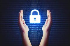 Het concept van de Cyberveiligheid, menselijke hand die slotpictogram met bak beschermt Stock Foto