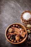 Het concept van de dalingsoogst Pompoenen, kruiden en noten in houten kom Royalty-vrije Stock Fotografie