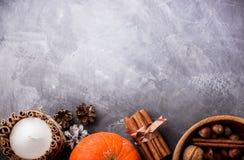 Het concept van de dalingsoogst Pompoenen, kruiden en noten in houten kom Royalty-vrije Stock Afbeeldingen