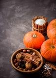 Het concept van de dalingsoogst Pompoenen, kruiden en noten in houten kom Royalty-vrije Stock Foto's