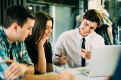 Het Concept van de de Brainstormingsvergadering van het startdiversiteitsgroepswerk Mensen die Planningsopstarten werken Groepsjo stock fotografie