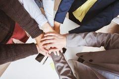 Het concept van de de handensamenhorigheid van het teamwerk royalty-vrije stock afbeelding