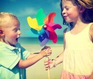 Het Concept van de de Jonge geitjessamenhorigheid van Fun Beach Children van de broerzuster royalty-vrije stock fotografie