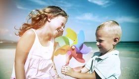 Het Concept van de de Jonge geitjessamenhorigheid van Fun Beach Children van de broerzuster royalty-vrije stock foto