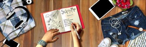 Het Concept van de de Pretvakantie van het de zomerstrand De mensen maken een lijst ontwerpers van reis op notitieboekje De Zomer Stock Afbeeldingen