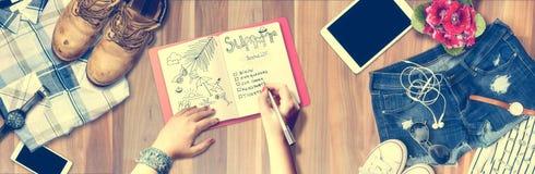 Het Concept van de de Pretvakantie van het de zomerstrand De mensen maken een lijst ontwerpers van reis op notitieboekje De Zomer Royalty-vrije Stock Foto