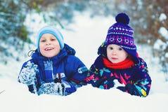 Het Concept van de de winterlevensstijl - Jonge geitjes die Pret in Park hebben Stock Afbeeldingen