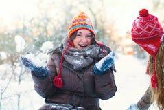 Het Concept van de de winterlevensstijl - Meisjes die Pret in Park hebben Royalty-vrije Stock Foto