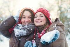 Het Concept van de de winterlevensstijl - Meisjes die Pret in Park hebben Stock Foto