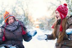 Het Concept van de de winterlevensstijl - Meisjes die Pret in Park hebben Stock Afbeeldingen