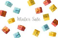 Het concept van de de winterverkoop met giftdozen die over witte achtergrond vliegen Royalty-vrije Stock Fotografie