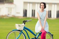 Het concept van de de zomeractiviteit met aantrekkelijke vrouw status op bicycl stock fotografie