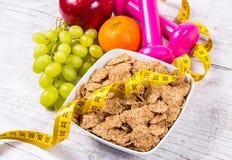 Het concept van de dieetgeschiktheid - domoren, die band, vlokken en verse vruchten op houten lijst meten Stock Afbeelding