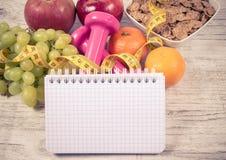Het concept van de dieetgeschiktheid - domoren, die band, vlokken en verse vruchten op houten lijst meten Royalty-vrije Stock Foto