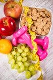 Het concept van de dieetgeschiktheid - domoren, die band, vlokken en verse vruchten op houten lijst meten Stock Foto