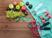 Het concept van de dieetgeschiktheid met domoren die band en verse fru meten Royalty-vrije Stock Foto's