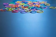 Het concept van de diversiteit mengelings kleurrijk elastiekje op zwarte achtergrond met exemplaarruimte stock afbeeldingen