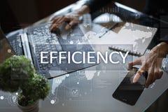 Het concept van de efficiencygroei Zaken en technologie Het schrijven op het virtueel scherm Royalty-vrije Stock Foto's