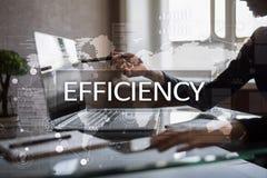 Het concept van de efficiencygroei Zaken en technologie Het schrijven op het virtueel scherm Stock Foto