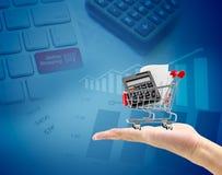 Het concept van de elektronische handel hand met een boodschappenwagentje Royalty-vrije Stock Foto