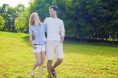 Het concept van de familie Jonge Kaukasische Familie die samen in openlucht Goede Tijd hebben Stock Foto