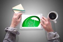 Het concept van de familieverzekering op een tablet Royalty-vrije Stock Foto