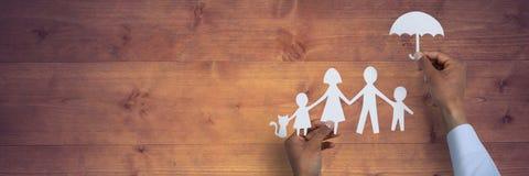 Het concept van de familieverzekering tegen houten lijst Stock Afbeelding