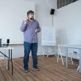 Het concept van de Filmmakingsschool Professor die bij klaslokaal met houten vloer spreken Kaukasische leraar die zich in het spr royalty-vrije stock foto