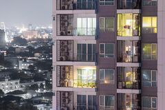 Het concept van de flatprivacy bij nacht met verlichting en elektriciteit stock foto's
