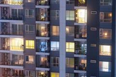 Het concept van de flatprivacy bij nacht met verlichting en elektriciteitsgebruik die jaarlijks toenemen Flatvensters bij nacht royalty-vrije stock foto