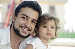 Vader met dochter in openlucht Royalty-vrije Stock Afbeelding