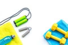 Het concept van de geschiktheid Domoren, handdoek, sportdrank, springtouw op de witte ruimte van het achtergrond hoogste meningse Royalty-vrije Stock Foto's
