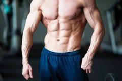 Het concept van de geschiktheid Spier en sexy torso van de jonge mens die perfecte abs, bicep en borst Mannelijke homp met atleti royalty-vrije stock foto's