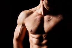 Het concept van de geschiktheid Spier en sexy torso van de jonge mens die perfecte abs, bicep en borst Mannelijke homp met atleti stock afbeelding