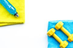 Het concept van de geschiktheid Sportdrank, domoren, handdoek op de witte ruimte van het achtergrond hoogste meningsexemplaar Stock Foto