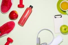 Het concept van de geschiktheid Tennisschoenen, appel, domoor en vruchtensap bottl Royalty-vrije Stock Foto