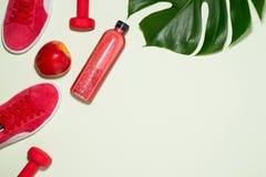Het concept van de geschiktheid Tennisschoenen, appel, domoor en vruchtensap bottl Stock Afbeeldingen