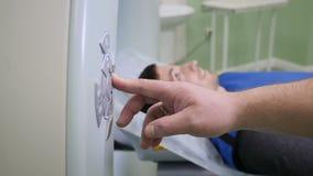 Het concept van de gezondheidszorg Close-up van zich het mannelijke geduldige bewegen in een CT-Scanner wordt geschoten die Medis stock video