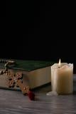 Het concept van de godsdienst Boek en kruis Stock Fotografie