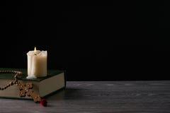 Het concept van de godsdienst Boek en kruis Royalty-vrije Stock Fotografie